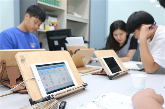 ▲ 강의하는 아이들은 문제 은행을 스마트기기로 활용, 플립러닝과 하브루타를 완성한다.  출처 : 서울와이어(http://www.seoulwire.com)