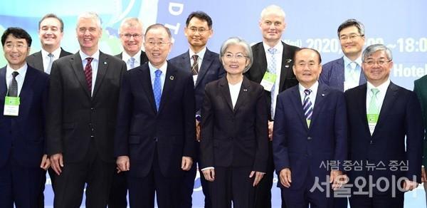 강경화 외교부 장관은 24일 서울 웨스틴조선호텔에서 개최된 제7차 그린라운드테이블에 참석했다 / 사진 = 외교부 제공